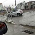 Водитель Kia снес ограждение наперекрестке улиц Комсомольской иЕсенина вЮжно-Сахалинске