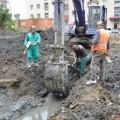 Во время замены труб вХолмске рабочие повредили японский водопровод