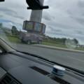 "Внедорожник ""припарковался"" нагазоне возле стелы наулице Пуркаева вЮжно-Сахалинске"