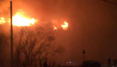 На улице Первомайской вХолмске горит крыша многоквартирного дома