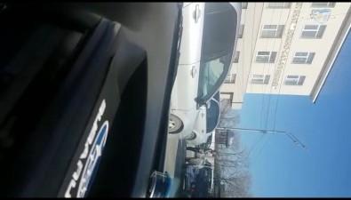 На проспекте Мира вЮжно-Сахалинске столкнулись двелегковушки
