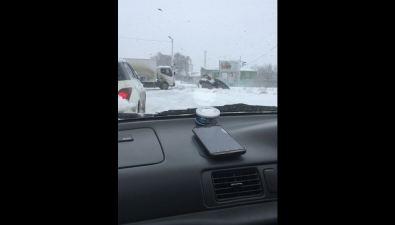 Грузовик пытался вытащить Subaru Legacy изкювета возле ЖД-путей