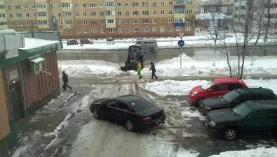 """Из-за снежной """"заставы"""" навыезде издвора водитель Honda повредил бампер ипоругался страктористом"""