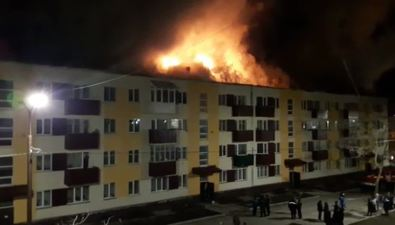 В Углегорске горит крыша многоквартирного дома