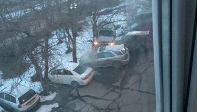 Водитель Mitsubishi протаранил Toyota Land Cruiser водворе одного издомов вЮжно-Сахалинске