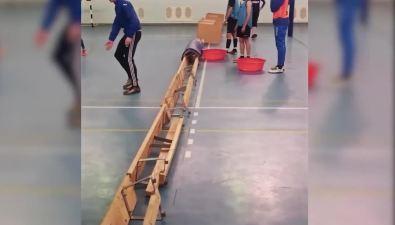 """В спорткомплексе """"Арена"""" жителям Ноглик приходится тренироваться среди тазов"""
