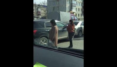 Микроавтобус, кроссовер, седан иседан— четыре автомобиля столкнулись вЮжно-Сахалинске