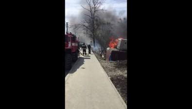 Разрушенный барак горит вЮжно-Сахалинске