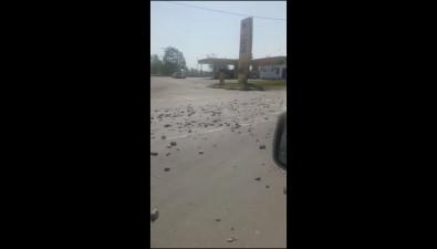 На улице Ленина вЮжно-Сахалинске проезжую часть обильно посыпали крупным щебнем