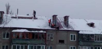 В Южно-Сахалинске наулице Дзержинского укладывают кровлю вснег