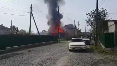 Пожарные тушат домна Четвертой Заречной улице вЮжно-Сахалинске