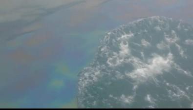 На рейде порта Шахтерска сахалинцы вновь наблюдали разлив нефтепродуктов
