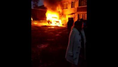 В Углегорске подокнами жилого дома вспыхнул микроавтобус