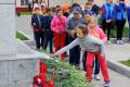 Несколько сотен цветов возложили углегорцы кбратской могиле советских воинов