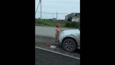 Обнаженная поющая холмчанка испящий наперекрестке мужчина безштанов попали вобъективы сахалинцев