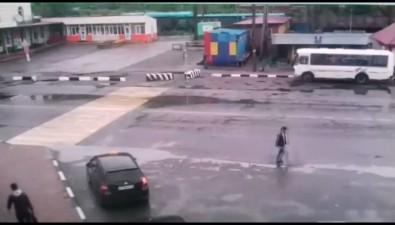 """Водитель белого """"Мерседеса"""" напешеходном переходе вНевельске сбил девушку"""