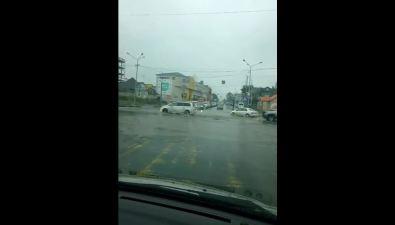 В областном центре затопило улицу Сахалинскую
