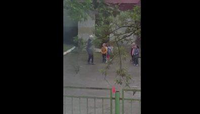 "Воспитатель детского сада ""Золушка"" вХолмске подняла руку наребенка"