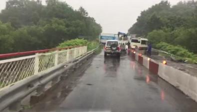 """Столкновение обычного и""""молочного"""" грузовиков образовало пробку натрассе Южно-Сахалинск— Холмск"""