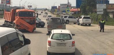 КамАЗ ивнедорожник столкнулись наулице Железнодорожной вЮжно-Сахалинске