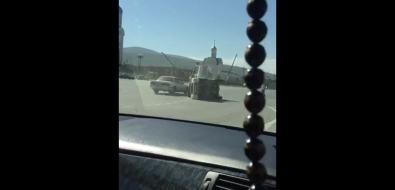 Южносахалинцы помогли поставить наколеса автомобиль, опрокинувшийся врезультате ДТПна площади Победы