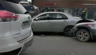 На улице Поповича столкнулись дваавтомобиля