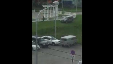 В сквере Ждакаева водитель внедорожника накрутил наколеса газон