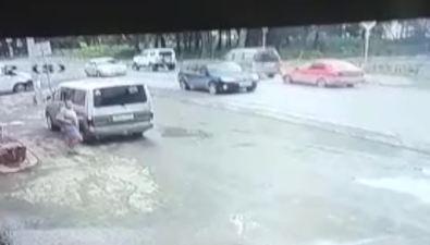 В Троицком перебегавший дорогу мужчина споткнулся обуксировочный трос ичудом неугодил подколеса