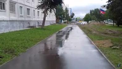 На улице Комсомольской вЮжно-Сахалинске сделали тротуар, новскрыли егоиз-за капремонта системы водоснабжения