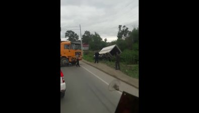Два грузовика иSubaru Forester жестко встретились наперекрестке улиц Холмской иТранзитной вЮжно-Сахалинске