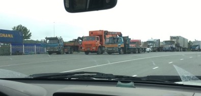 Из-за приезда Дмитрия Медведева сотрудники ГИБДД непускали большегрузы накорсаковскую трассу