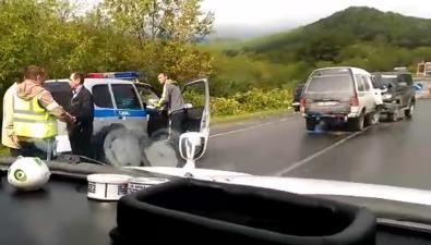 Внедорожник имикроавтобус столкнулись подороге вХолмск
