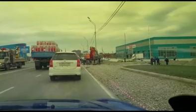 Внедорожник столкнулся сэкскаватором наулице Железнодорожной вЮжно-Сахалинске