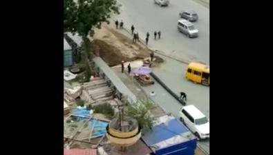 Из-за неосторожных действий строителей наулице Сахалинской вобластном центре начался потоп