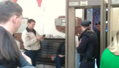 """Посетители последнего сеанса вюжно-сахалинском """"Комсомольце"""" задержались начас из-за пропажи борсетки"""