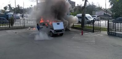 """На территории офиса Sakh.com сгорела """"Нива"""", принадлежащая охраннику"""