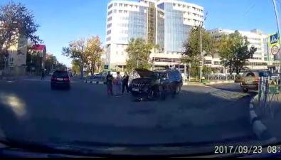 Внедорожник иседан несмогли разъехаться наперекрестке Мира— Поповича вЮжно-Сахалинске
