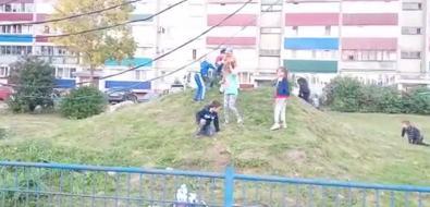 В Новоалександровске дети используют провода вместо турников