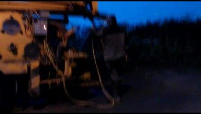 Водитель бетононасоса вывалил содержимое бункера наобочину дороги вНовоалександровске