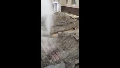 Жильцы дома №312 поулице Ленина почти сутки наблюдают фонтан сгорячей водой всвоем дворе