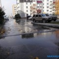 Текущая поулице Ленина вода третью неделю досаждает южносахалинцам