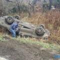 В районе холмского села Пионеры иномарка улетела вкювет соскользкой дороги иперевернулась