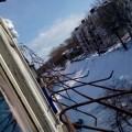 Ограждение, удерживающее снег накрыше, повисло набалконах дома №44 поулице Советской вКорсакове