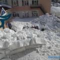 """Огромная масса снега сошла скрыши детского сада """"Росинка"""" всахалинском селе Сокол"""