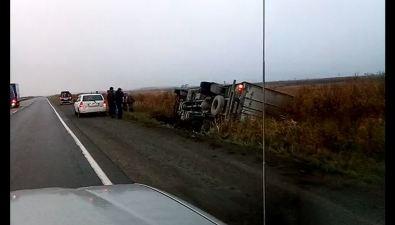 В Долинском районе опрокинулся грузовик