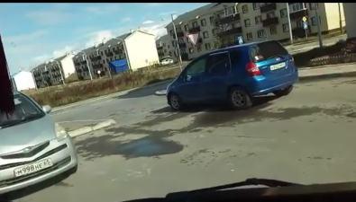 Владелец Honda Fit перегородил выезд издвора вДальнем