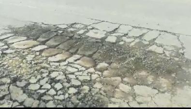 Жители Охивозмущены разваливающимся асфальтом, который уложили вдождь