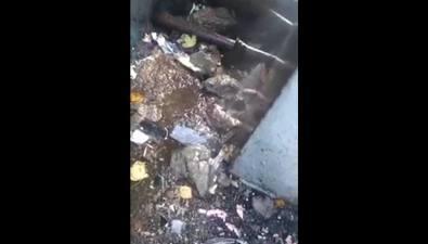 Небольшой участок трубы несколько месяцев подмывает двадома наулице Пуркаева вЮжно-Сахалинске