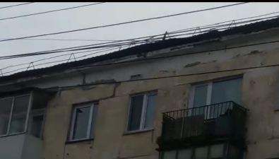 В Холмске закрепили крышу дома поулице Советской, которая начала отрываться из-за сильного ветра