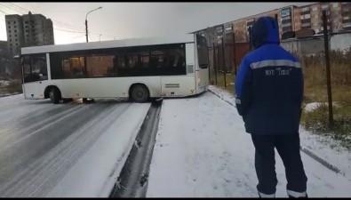 Первый снег вХолмске вызвал коллапс надорогах